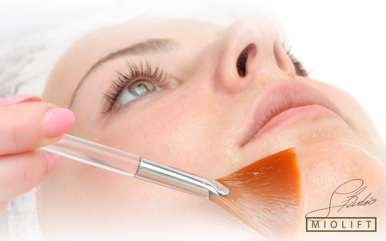 Piling vocnim kiselinama, tretmani lica, anti-aging